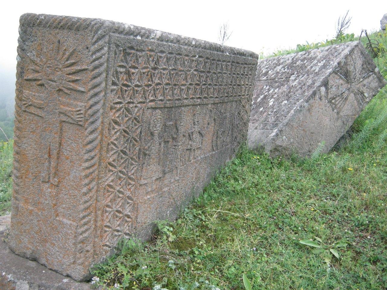 интересные надгробья в Армении
