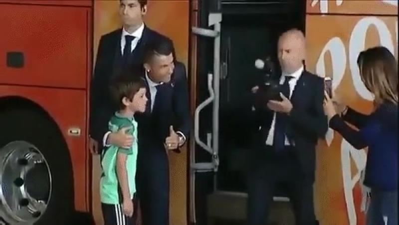 Мальчик не успел встретится со своим кумиром, но Роналду вышел из автобуса чтобы его утешать ❤💪