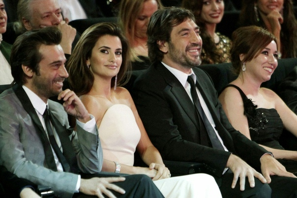 Хавьер Бардем иПенелопа Крус После расставания Брэда Питта иАнджелины Джоли вГолливуде неосталось столь же страстной пары, которая вызывала бы такой живой интерес упублики. Зато вИспании