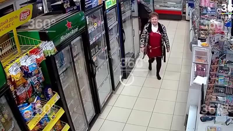 Уборщица заставила всех разуваться при входе в магазин.
