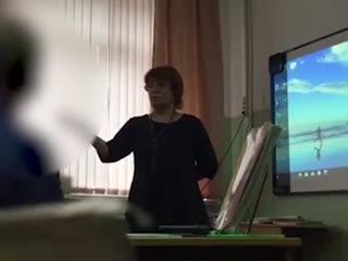 Учительницу, которая довела школьницу до слёз из-за дырки на кофте, уволили