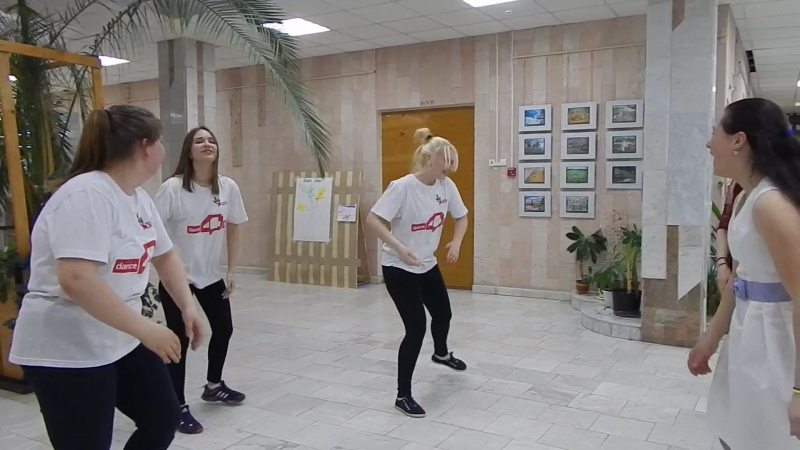 Девчонки танцуют танец дружбы