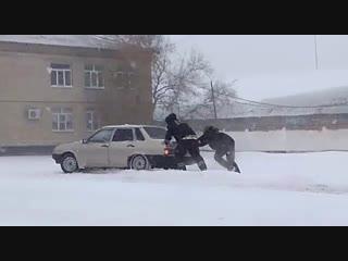 Сотрудники ГИБДД Ростовской области оказывают помощь автомобилистам в сложных погодных условиях