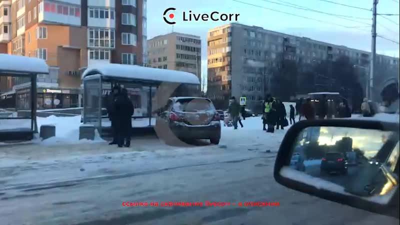 Автомобиль протаранил остановку с людьми в Санкт-Петербурге