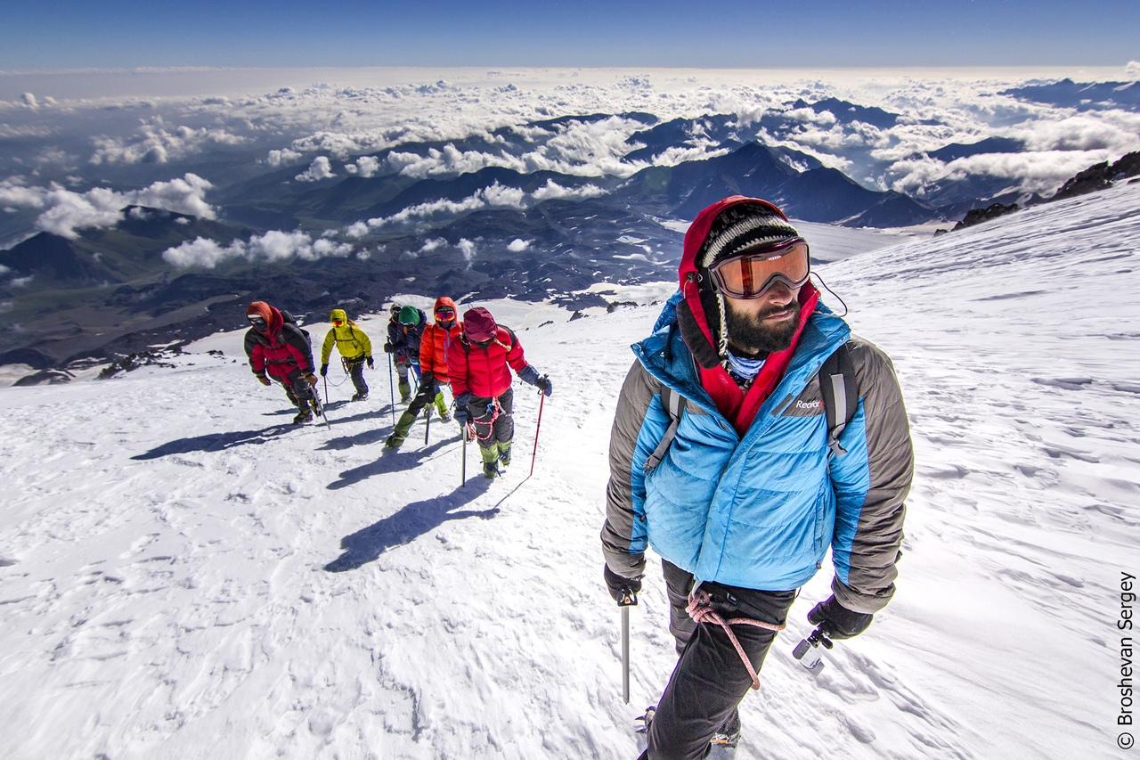 альпинисты на восхождении на эльбрус