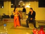 Русский турист учит танцевать восточную танцовщицу))))