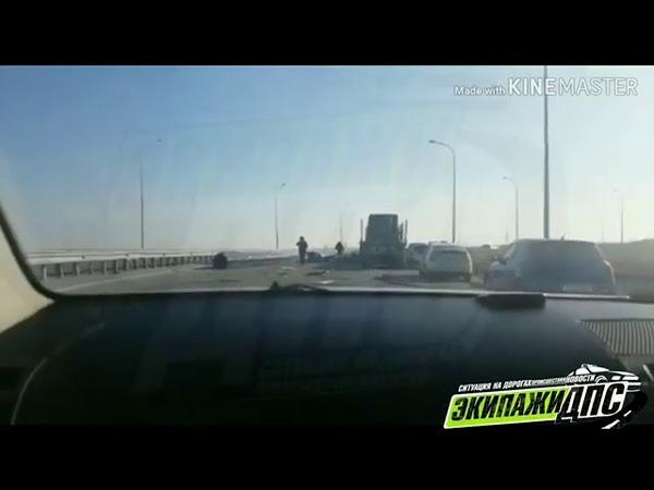 Трубы выпали из грузовика на проезжую часть. Владивосток