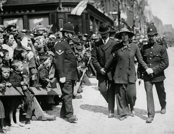 Как английские леди боролись за право трудиться и тратить заработанные капиталы. Первые высшие женские курсы в России считались рассадником террористок их даже закрывали на время. Опасались