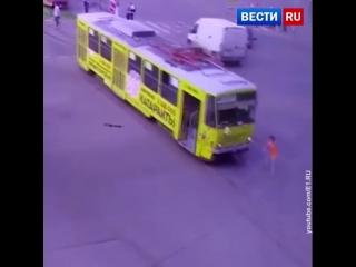 Побег неуправляемого екатеринбургского трамвая сняли на видео