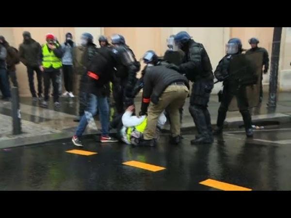 Champs-Elysées: la police tente de disperser les gilets jaunes