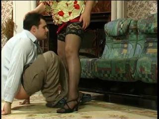 Старая русская бабка сосёт хуй у молодого любовника