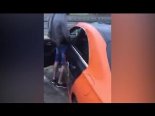 В Москве ради Хайпа или личной неприязни к каршерингу парни решил пометить автомобиль