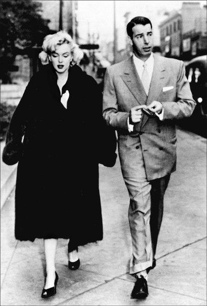 Знаменитый снимок Мэрилин Монро с развевающимся платьем.