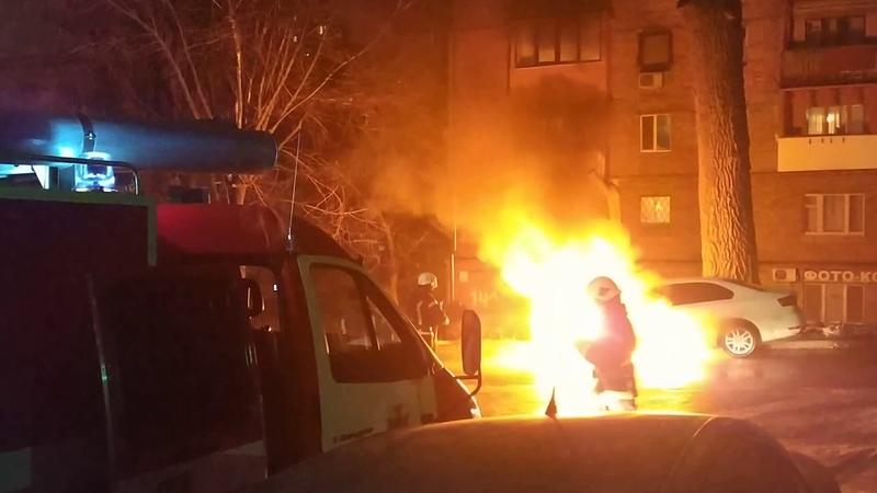 Видео Автомобиль с дипломатическими номерами РФ сгорел около посольства России в Киеве Ранее здание дипмиссии забросали дымовыми шашками и файерами
