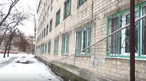 В Горловке лед повредил крепежи газовых труб в общежитии (видео)