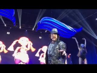 Киркоров устроил жаркие танцы с бабушкой Бузовой ))))