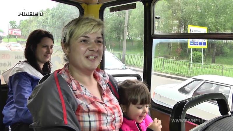 У Рівному водій маршрутки частує дітей цукерками