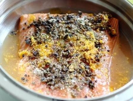 жареная семга в грейпфрутовом маринаде что нужно: соль 1/2 ч. л.сахар 1/4 ч. л.сок 1 грейпфрутацедра 1 грейпфрутаперец 1/2 ч. л.зерна можжевельника 1/2 ч. л.розовый перец 1/4 ч. л.белый перец