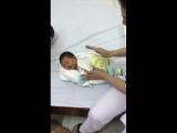 Медсестра из Вьетнама показывает как уложить новорождённого спать, быстро и просто.