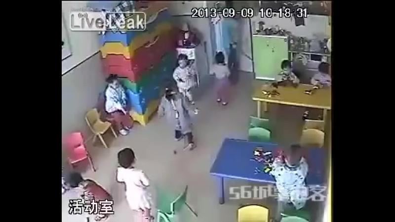 Китай. Руководство не верило, что воспитательница бьет детей. Тогда кто-то показал им з