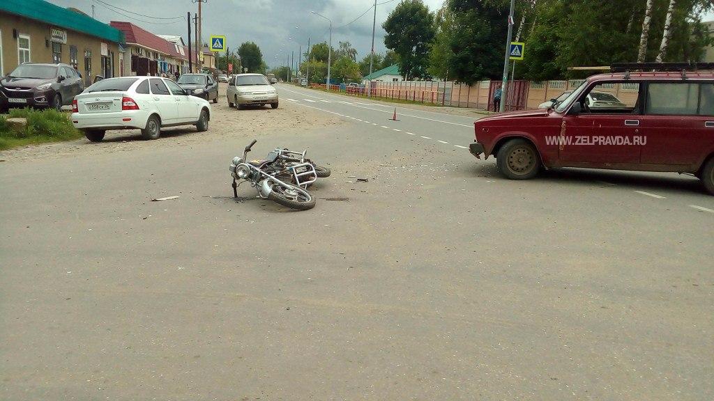 В станице Кардоникской столкнулись скутер и легковой автомобиль