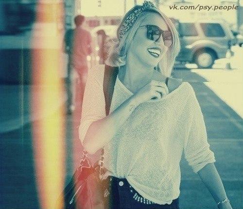 КАК СМЕХ ВЛИЯЕТ НА ВАШ ОРГАНИЗМ Все слышали о том, что смех продлевает жизнь, но это не единственное его положительное качество. Существует еще очень большое количество положительных эффектов: 1. Смех всегда избавит от депрессии, что в холодные и серые осенние дни станет весьма кстати. Всего одна минутка задорного смеха может заменить сеанс глубокой релаксации. Даже если Вы вспомните анекдот, который недавно Вас рассмешил, уровень гормонов радости повысится. 2. Смех улучшает фигуру.…