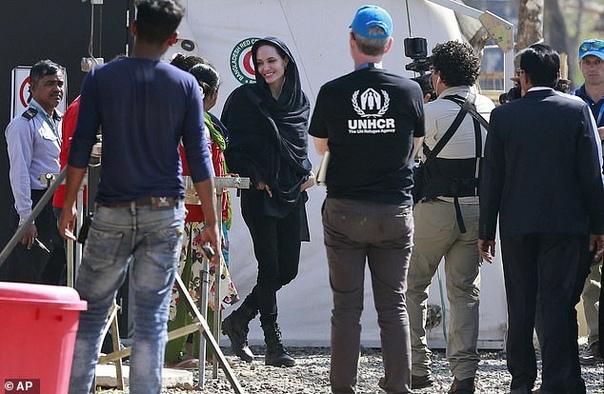 Анджелина Джоли прилетела в Бангладеш с гуманитарной миссией В последнее время и в своей жизни у Анжелины Джоли хватало проблем: 43-летняя актриса потратила немало времени и сил, чтобы наконец