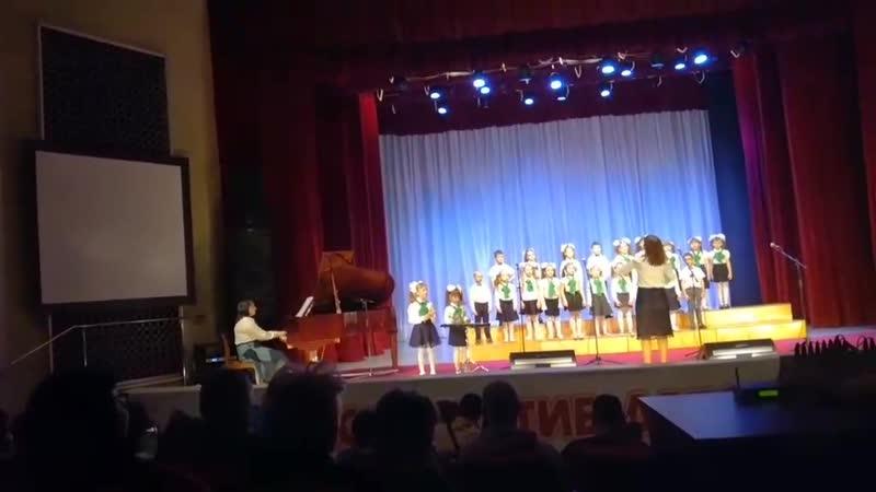 Даришка сегодня выступала в конкурсе во Дворце пионеров с хором за свой садик ЛАДУШКИ 2