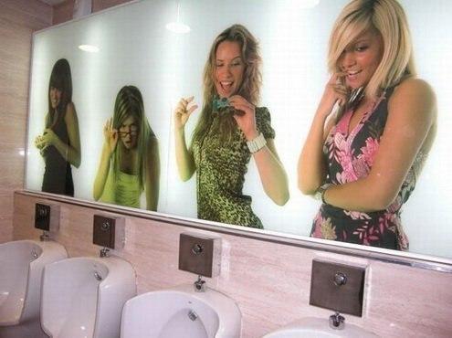 Красиві дівчата в туалеті фото