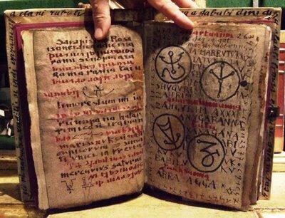 10 древних книг, открывающих тайные знания Древние книги, открывающие тайные знания.Людей издревле привлекала возможность использовать некие тайные знания, чтобы получить власть, богатство или