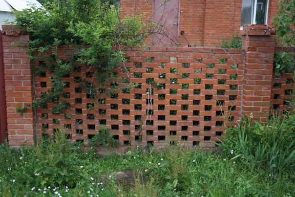 Красивый кирпичный забор.