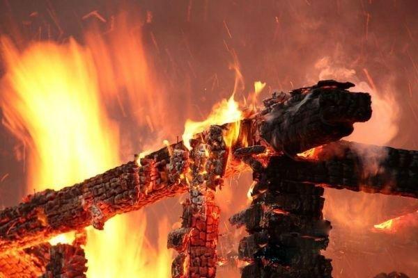 Пожар в Сторожевой повредил кровлю бани