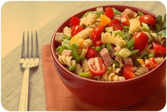 Итальянский салат с ветчиной, сыром и овощами Ингредиенты 4 порцииВетчина 300 гПомидоры 2 штукиПерец болгарский 2 штукиМакароны 400 гКукуруза консервированная 300 гСыр 200 гМайонез по