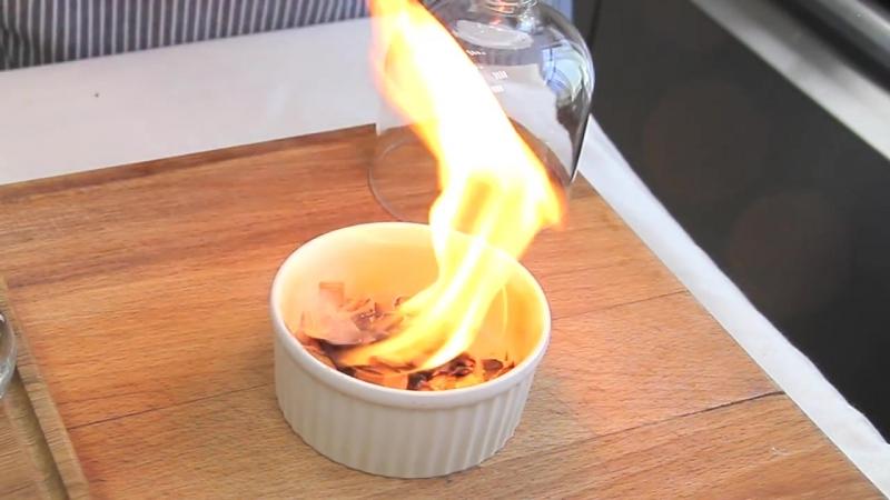 Фланк стейк с баклажанами и подкопчёным соусом из клюквы и черной смородины.