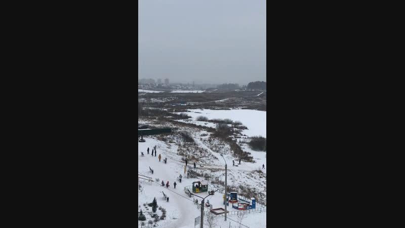 Зимушка❄️зима На озёрах катаются на коньках, лыжах, мотоциклах🏍 и даже 🚖машины! Вот это лёд. 😀👏