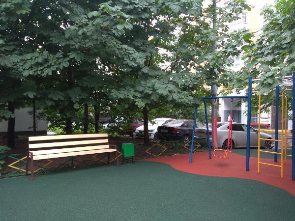 По просьбе жительницы на детской площадке на Фестивальной установили урны