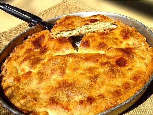 Пирог с адыгейским сыром Вам потребуется: 1,5 ст. муки 250 г 5%-го творога 150 г сливочного масла 1 ч. л. сахара 1/4 ч. л. соды 1/4 ч. л. соли 200 г адыгейского сыра 100 г сыра твердого сорта 2 ст. л. сметаны 1 ст. л. муки свежая зелень по вкусу Способ приготовления: Растопите масло, добавьте в него соль, сахар, соду и тщательно перемешайте. Добавьте муку, творог и замесите тесто. Разделите тесто на две половинки. Смажьте форму для запекания маслом. Раскатайте первую половинку теста и уложите…