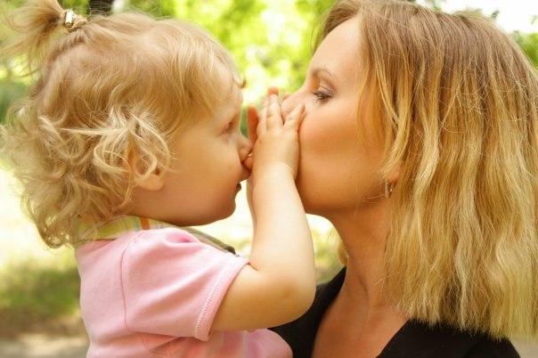 Дочка мне на днях пообещала: — Мама, когда я вырасту, я буду помогать тебе ухаживать за моими детьми.