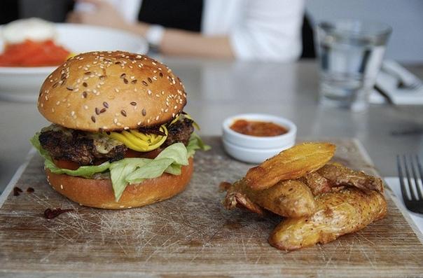 БУРГЕР: ИСТОРИЯ БЛЮДА, ПОКОРИВШЕГО МИР 27 июля считается днем рождения гамбургера. Своим названием главный американский бутерброд обязан выходцам из Гамбурга. Однако для того, чтобы стать