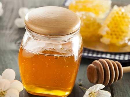 При нанесении на кожу мед может стать увлажняющим средством.