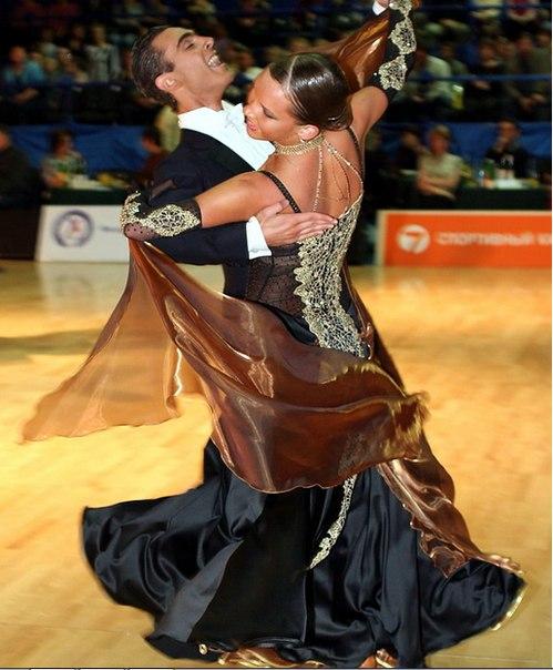 Есть разные виды танцев например:Танго,Чачача,Спортивные Танцы,Истрадные Та