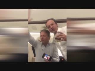 Дворкович, Ткачев и Тимакова распевают песни «Золотого кольца» на борту частного самолёта