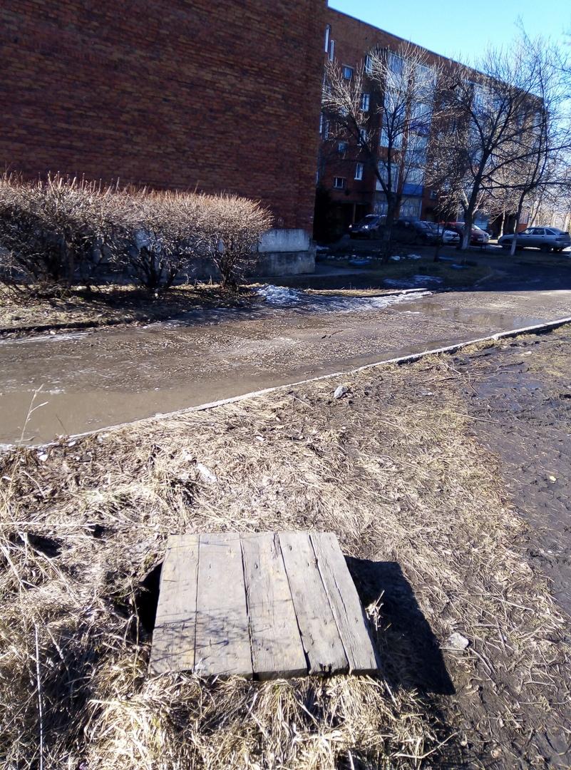 Открытые колодцы на улице Воровского в Инском