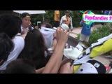 Криштиану Роналду раздаёт автографы фанатам