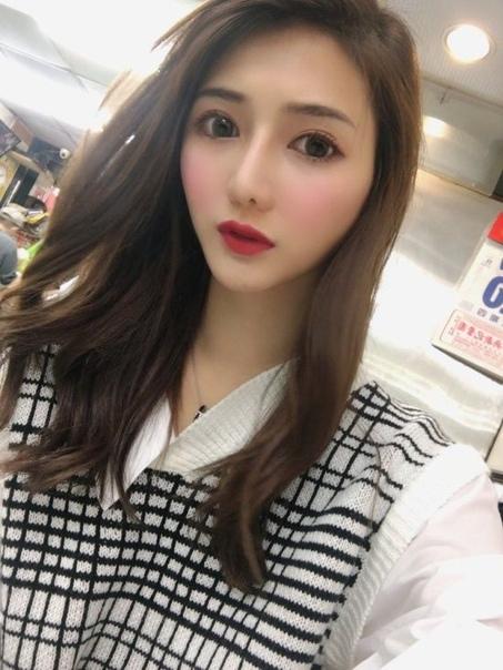 26-летнюю Лю Пэнпэн из провинции Тайвань, Китай, окрестили самой красивой продавщицей рыбы после того, как ее сфотографировал покупатель и поделился снимками в сети. Популярность моментально увеличила число клиентов - у прилавка Лю выстраиваются очереди.