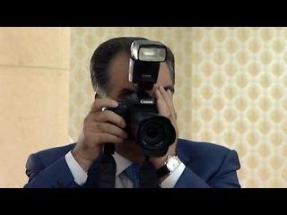 Президент Таджикистана поработал свадебным фотографом на массовом бракосочетании в Душанбе - Первый канал