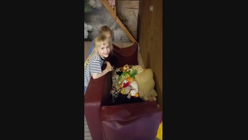 Закопали в подушках-игрушках