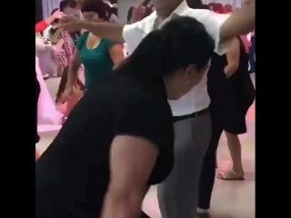 Азербайджанская свадьба.Мать жениха радуется от души. Азербайджан Azerbaijan Azerbaycan БАКУ BAKU BAKI Карабах 2018 HD Армения
