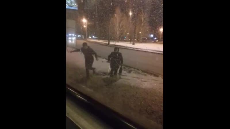 В сети становится популярным ролик, на котором челябинский водитель трамвая остановил транспорт, чтобы вытащить бабушку из сугро