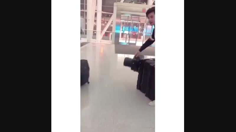 17 февраля Шон сфотографировался с поклонниками в аэропорту Торонто.